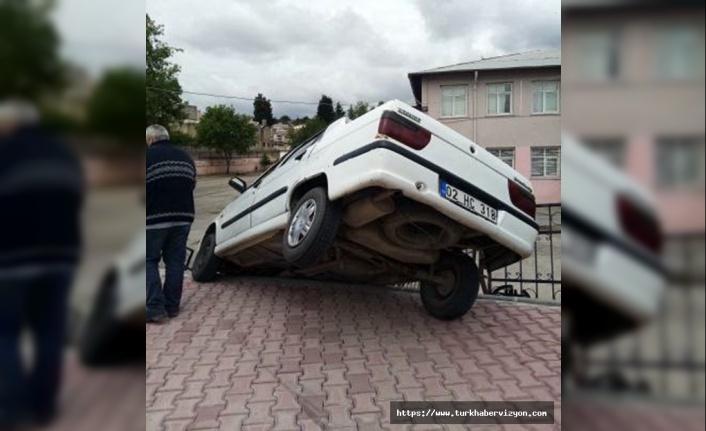 Otomobil istinat duvarında askıda kaldı